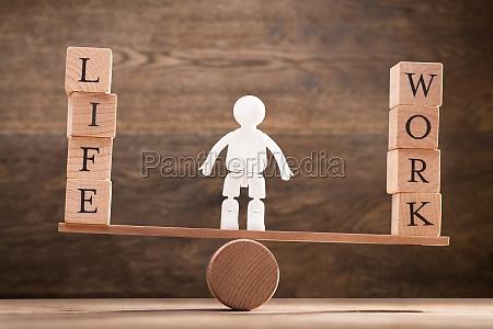 figura humana entre bloques de madera