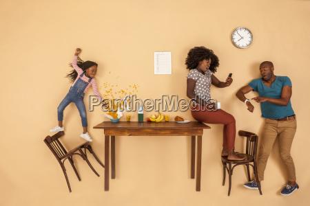estresado familia desayunando en la cocina