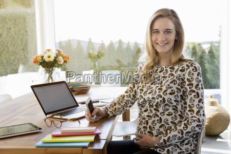 retrato de mujer embarazada sonriente trabajando