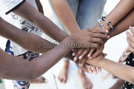 grupo de personas multietnicas manos juntas