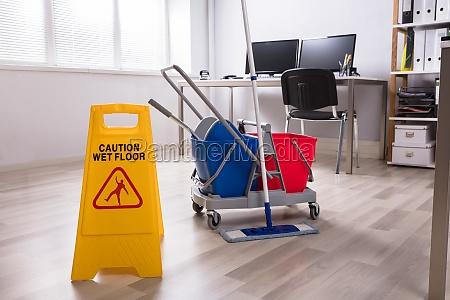 piso mojado aviso de precaucion en