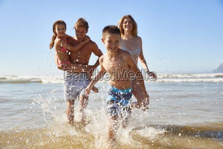 familia en verano vacaciones en la