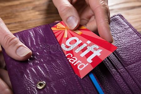 mano humana extraccion de la tarjeta