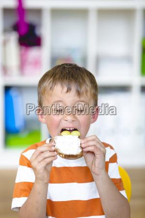 el alumno feliz prepara un aperitivo