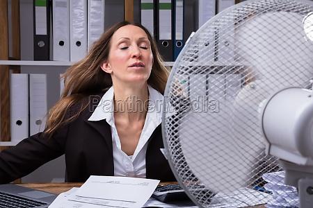 mujer caliente calor fresco tiempo sistema