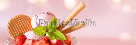 copa de helado con fresas y