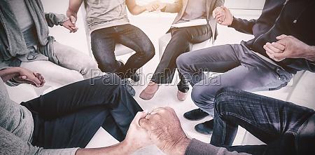 terapia grupal en sesion sentada en
