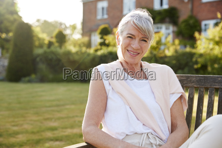 mujer mayor sentada en el banco