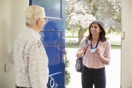 el hombre mayor abre la puerta