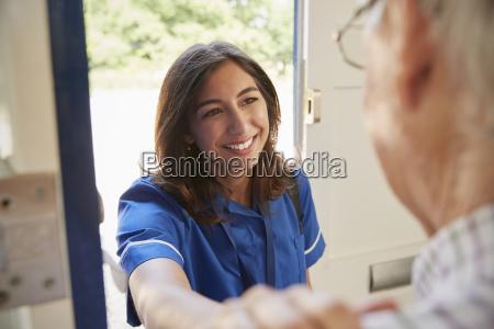 mujer bolso risilla sonrisas caucasico europeo