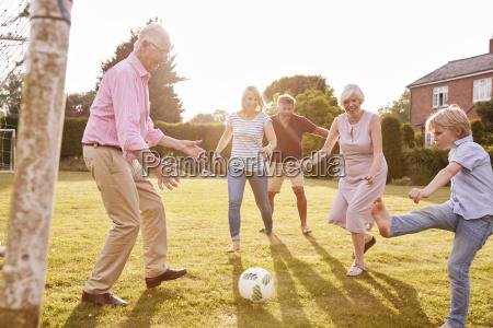 familia de multiples generaciones jugando al