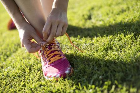 joven mujer fitness corriendo entrenamiento y