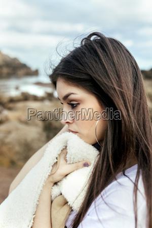 jovencita triste en la playa