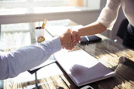 primer plano de dos socios comerciales