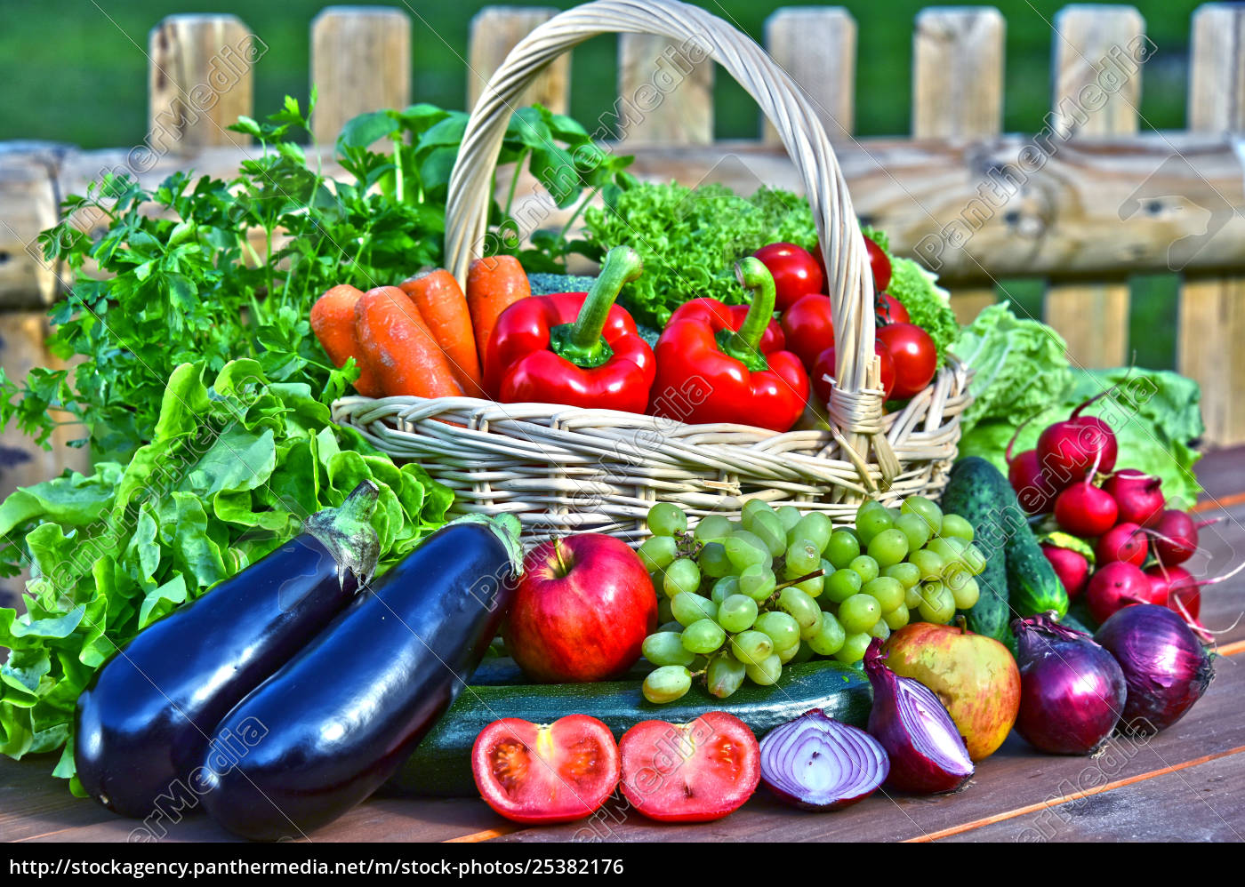 54327c7b4f42 Stockphoto 25382176 - variedad de verduras frescas orgánicas en cesta de  mimbre