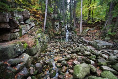 cascada podgorna en montanyas karkonosze en