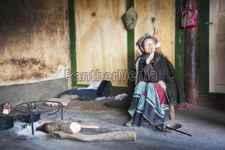 la mujer de naxi se sienta