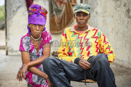 marido y mujer sentados juntos vistiendo