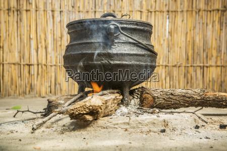 cena cocinando sobre un fuego aldea