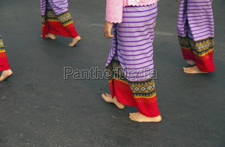 falda piernas paseo viaje femenino adolescente