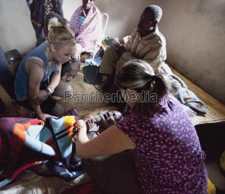 enfermeras atendiendo a un anciano muriendo