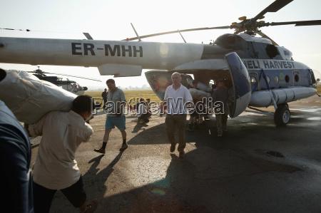 cargando uno de los helicopteros de