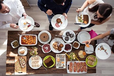 grupo de personas comiendo comida en