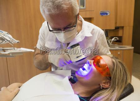 medico mujer vidrio vaso salud interior