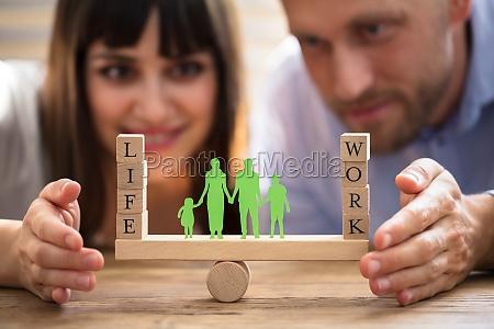 pareja protegiendo el equilibrio entre el