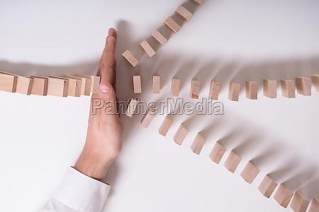 businessperson detener bloques de madera de