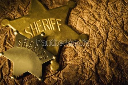 dos insignias solapadas del sheriff