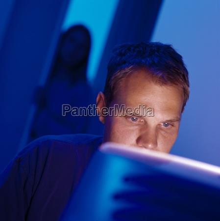 hombre trabajando en la computadora con