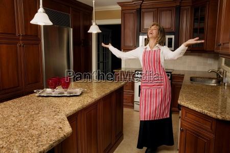 mujer riendo en la cocina