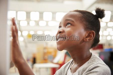 joven negra mirando una exposicion de