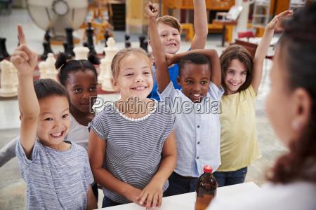 grupo de ninyos que se ofrecen