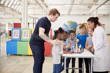 ninyos de la escuela que participan