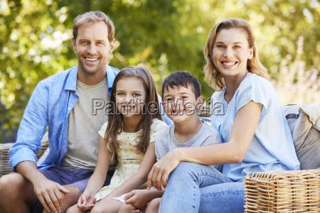 joven familia blanca sentada en el