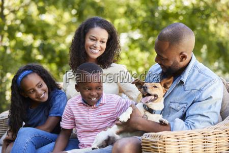 padres y dos ninyos sentados con