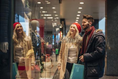 pareja de compras en la ventana