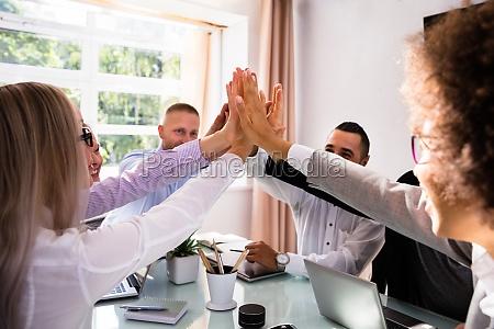 grupo de empresarios dando altos cinco