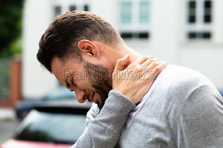 hombre sufriendo de dolor de cuello