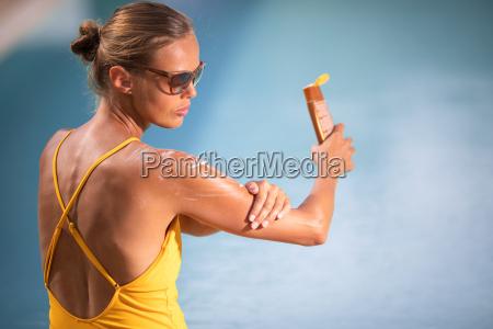 concepto de crema solar bonita mujer