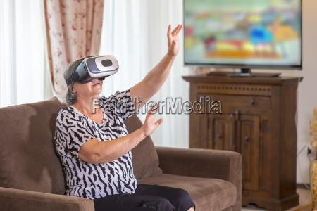 mujer senior con auriculares virtuales o