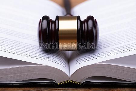 primer plano de la ley y