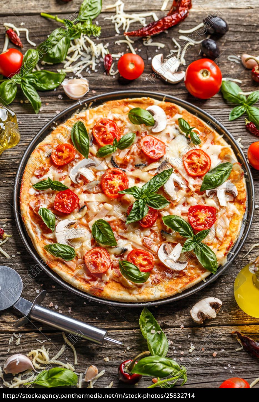 pizza, decorada, con, hojas, de, albahaca - 25832714