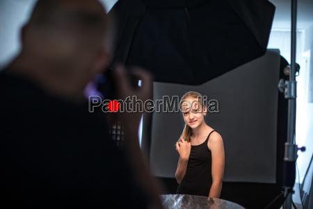modelo de moda adolescente siendo fotografiada