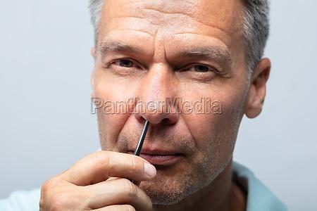 nariz movimiento cabello hombre