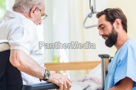 enfermera de cuidado de ancianos ayudando