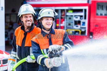 los hombres del departamento de bomberos