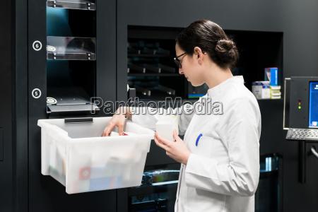 farmaceutico eligiendo los mejores medicamentos durante